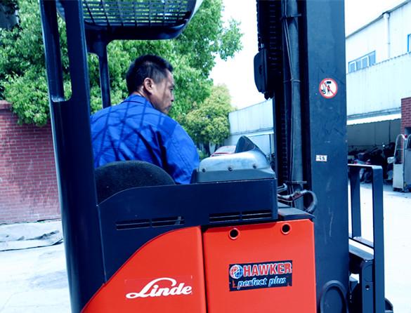2.佛朗斯叉车(租赁)工程师为百世物流公司叉车驾驶员示范林德前移式叉车操作技巧