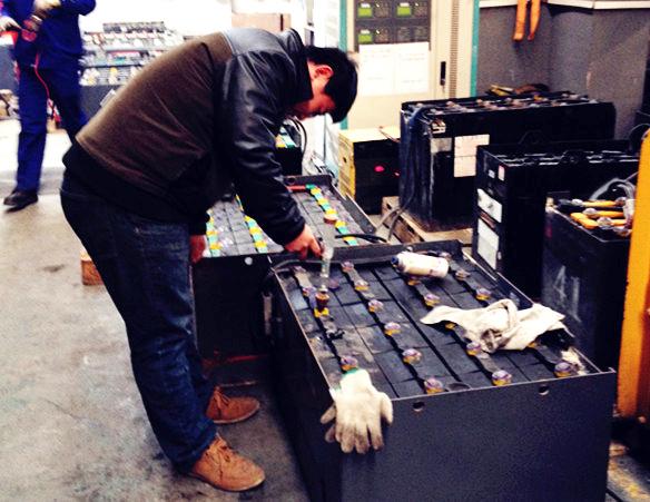 百世物流公司叉车驾驶员学习叉车电池维护